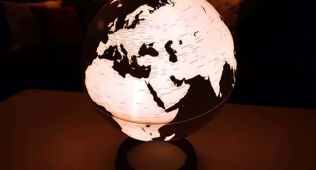 Mit einem Leuchtglobus auf Weltreise