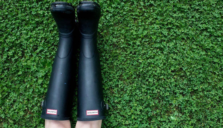 Gummistiefel - nicht nur für den Herbst passend, Foto: sydney Rae / Unsplash