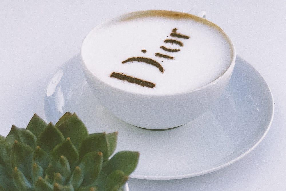 Kaffee mit Dior-Logo