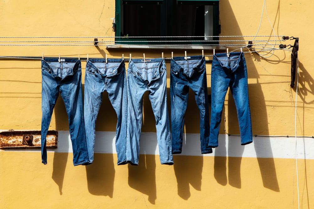 Jeansshosen auf der Leine