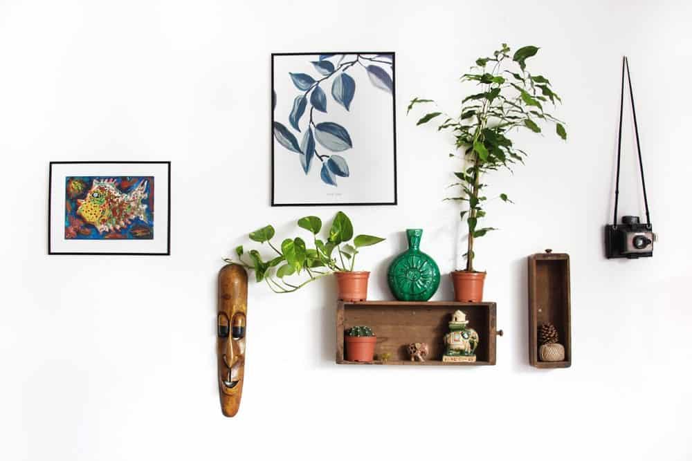 Auch eine Dekorationsmöglichkeit: Bilderrahmen mit anderen Accessoires verbinden, Foto: Manja Vitolic /  Unsplash