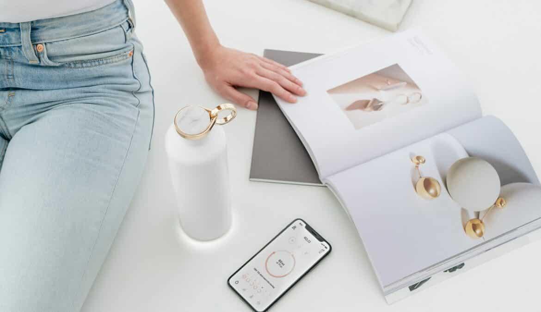 Die Equa Smart Flasche ist eine intelligente Isoliertrinkflasche aus Edelstahl die mit einer integrierter Leuchtfunktion ein gesundes Trinkverhalten fördert. Foto: Equa