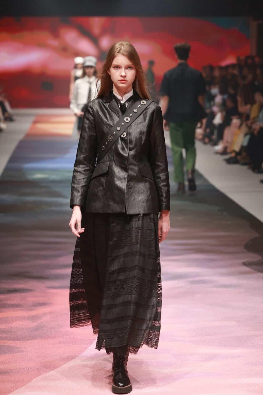 """Mit """"MULAN"""" als Thema der SHIATZY CHEN 2021 SS-Kollektion sehen wir wie Design Director Chen Tsai-Hsia sich von der legendären weiblichen Figur Mulan inspirieren lässt und ihren mutigen Geist, ihre eigene Art von Frau zu werden, interpretiert. Foto: Taipei Fashion Week / PR Newswire"""