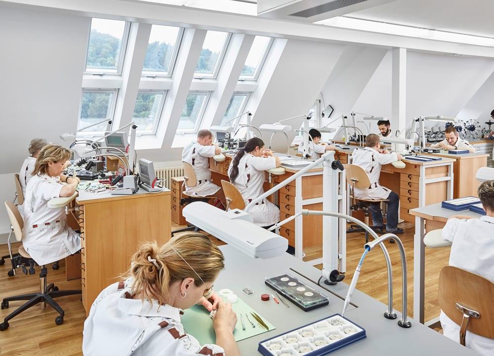 175 Jahre nach Gründung der berühmten Industrie, 30 Jahre nach der Vereinigung Deutschlands: Uhrmacherinnen und Uhrmacher in einer der Manufakturen des berühmtesten Ortes, bei NOMOS Glashütte, in der sogenannten Chronometrie. Foto: NOMOS Glashütte