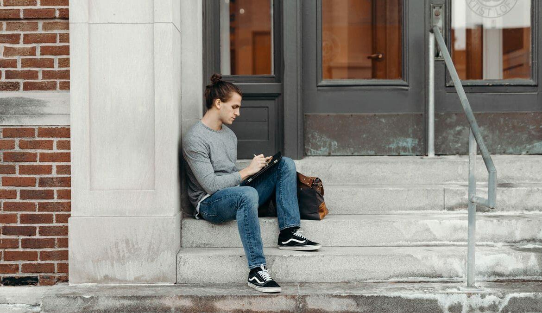 Nicht mehr wegzudenken: die Jeans, Foto: Brooke Cagle / Unsplash
