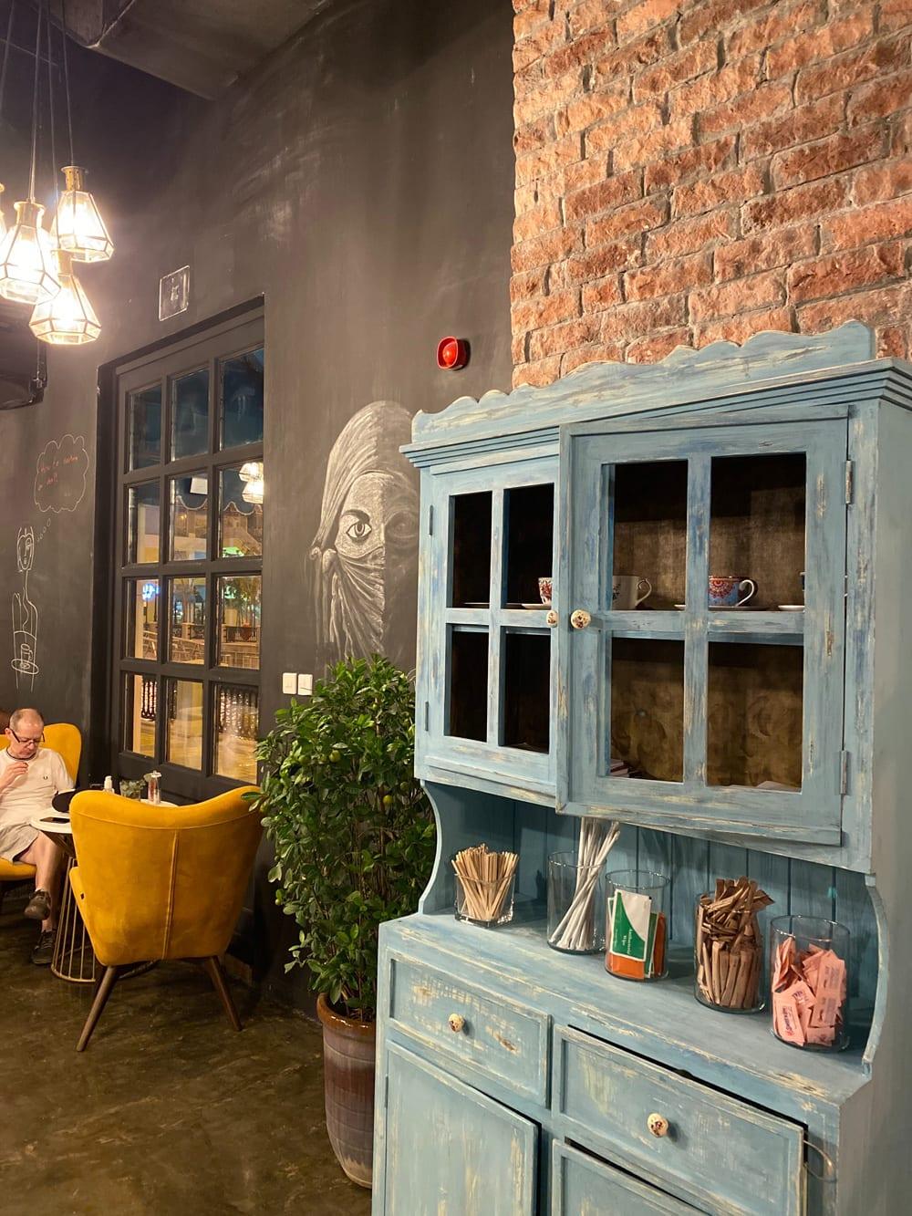 """Im Restaurant des """"The Pearl"""" in Doha, Katar ist der dieser Shabby Chic-Schrank ein echter Hingucker, Foto: ALI AOTHMAN / Unsplash"""