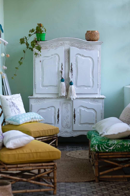 Schrank im Shabby Chic-Stil in Kombination mit Bambus-Möbeln, Foto: Gabriel Manlake / Unsplash