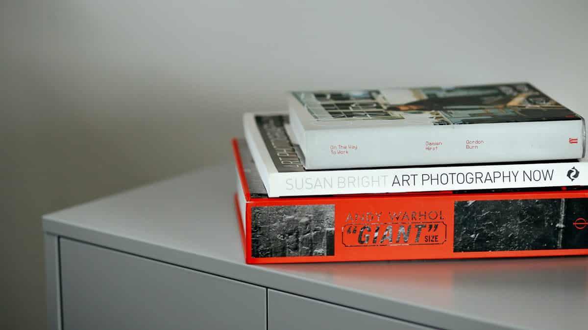 Ein Stapel Kunst-Bücher macht sich immer gut, Foto: Thomas William / Unsplash