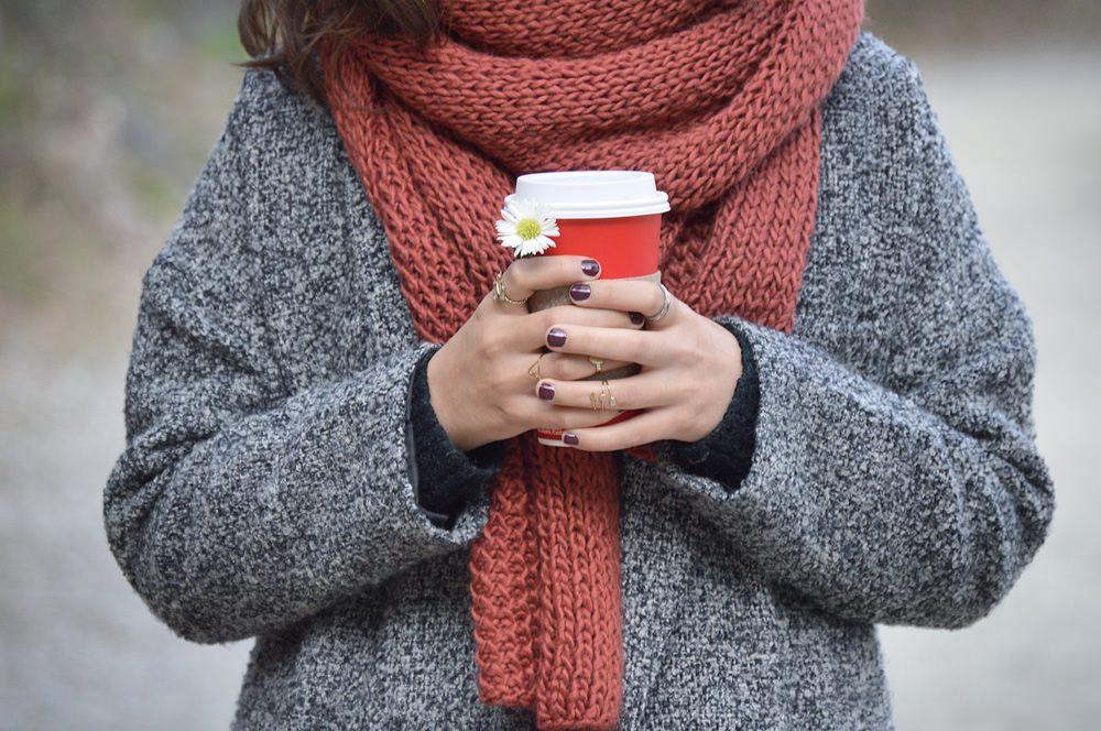 Für lange Spaziergänge im Winter ist ein Schal unabdingbar, Foto: Karen Cantú Q / Unsplash
