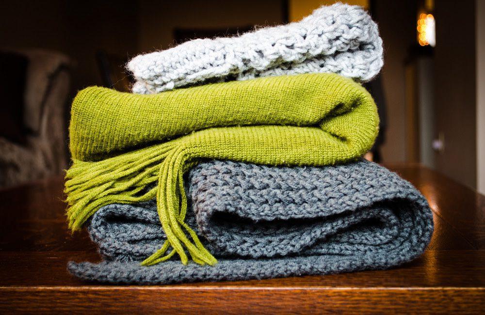 Egal, ob dünne oder dicke Schals, man kann sie alle individuell binden, Foto: Kelly Sikkema / Unsplash