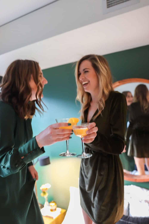 """""""Das kleine Schwarze"""" auf einer Cocktail-Party, Foto: Woody Kelly / Unsplash"""