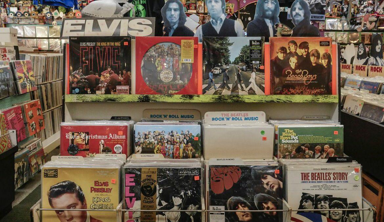 """Covers von Elvis Presley und den Beatles finden sich im Buch """"Rock Covers. 40th Anniversary Edition"""" wider. Foto: Mick Haupt / Unsplash"""