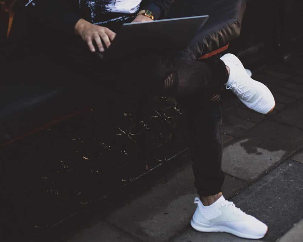 Schlichte Sneaker sind Office-tauglich, Foto: Alexandra K / Unsplash