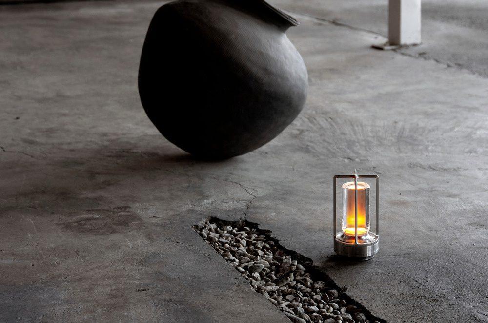 Kabellos und damit per Definition persönlich, laden die Ambientec-Lampen dazu ein, die Hand auszustrecken und sie sowohl physisch als auch visuell zu berühren. Dies geschieht durch ein experimentelles Design, das auf einer intensiven Reinheit der Form und den lebendigen sensorischen Qualitäten ihrer Materialien basiert. Foto: Danielkaihirao