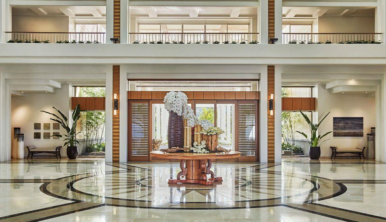 FOUR SEASONS KO 'OLINA - Das Team hat sich farblich von Lanikuhonua inspirieren lassen und eine Reihe von warmen Möbeln und Kunstwerken eingeführt, die der Lobby lässige tropische Eleganz und Charakter verleihen. Foto: Christian Horan