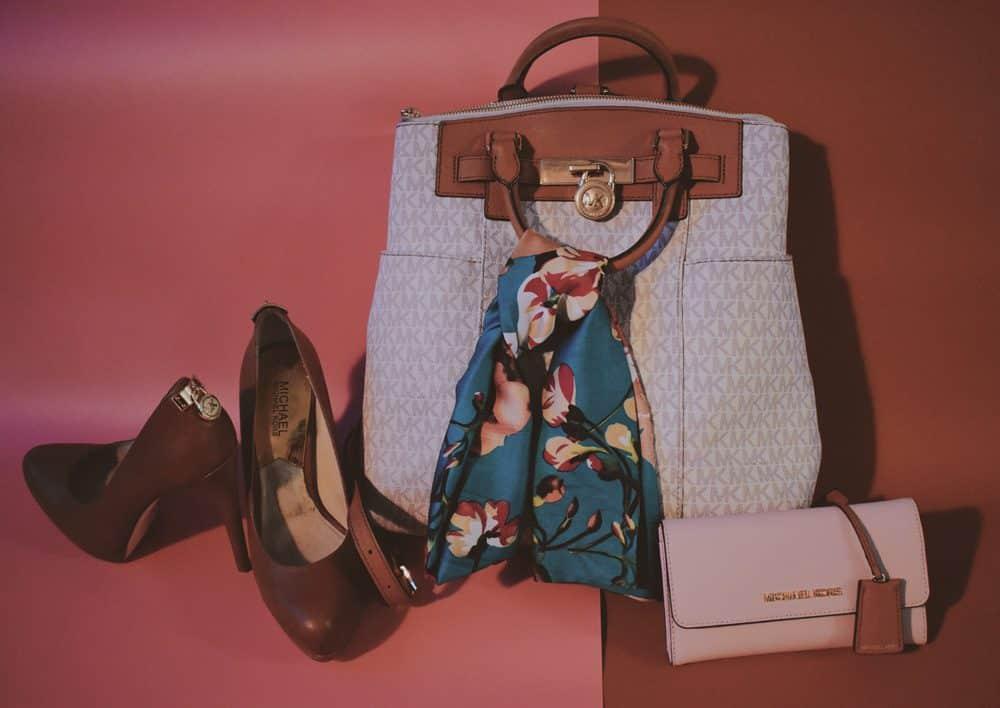 Beliebte Accessoires von Michael Kors: Taschen, Portemonnaie, Schuhe. Foto: Ella Christenson / Unsplash