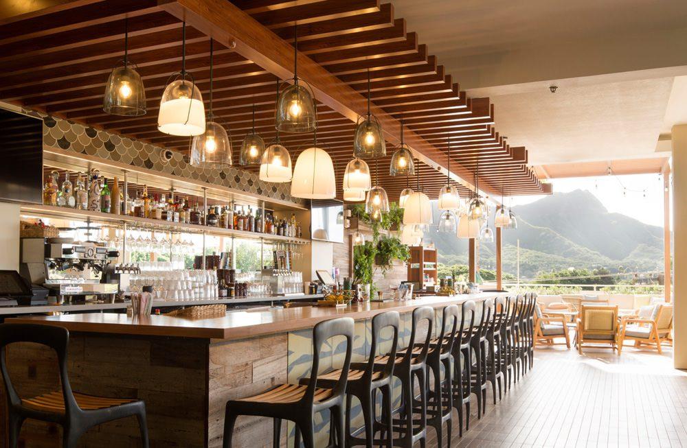 QUEEN KAPIʻOLANI HOTEL - Das Pooldeck und das Restaurant im dritten Stock bieten einen Panoramablick auf den Diamond Head, den Kapiolani Park und den Strand von Waikiki. Foto: Olivier Koning