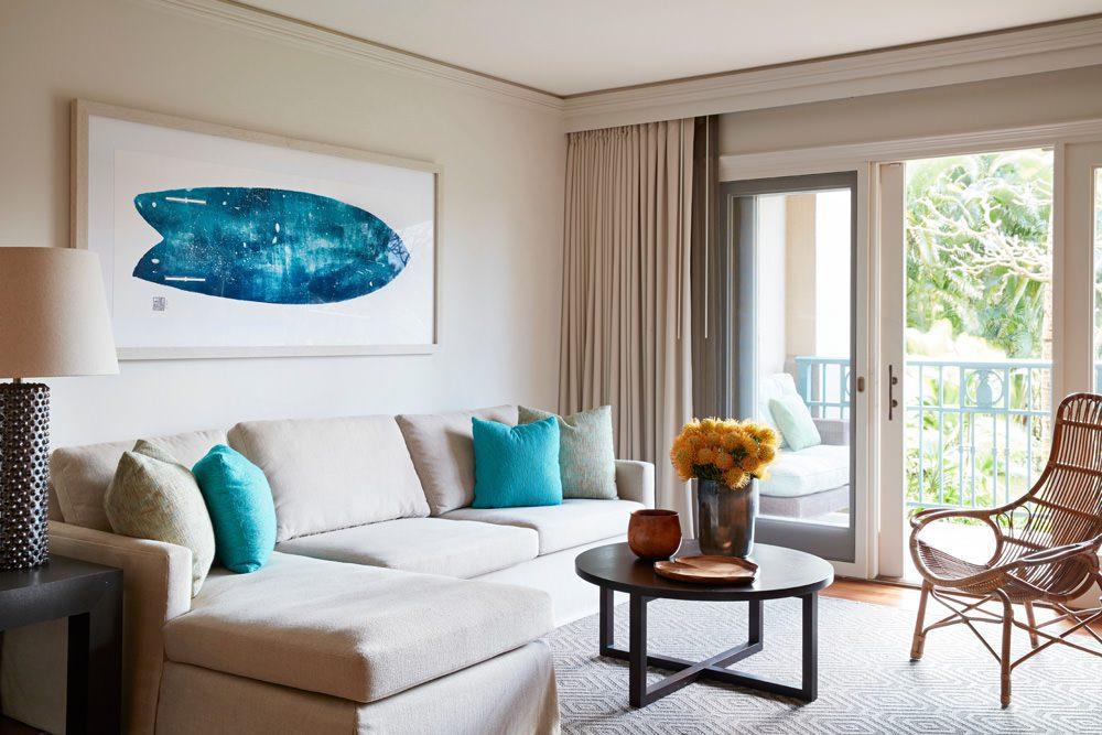RITZ-CARLTON KAPALUA - Die Farben wurden der Insellandschaft entnommen, um ein klares Gefühl für den Ort zu schaffen: zarter Sand, beruhigendes Azurblau und tiefes Grün spiegeln den Ozean und die üppige Flora wider. Die Augen werden von den Werken lokaler Künstler und den raumhohen Fenstern mit Blick auf die Berge und den Ozean angezogen. Foto: Mariko Reed