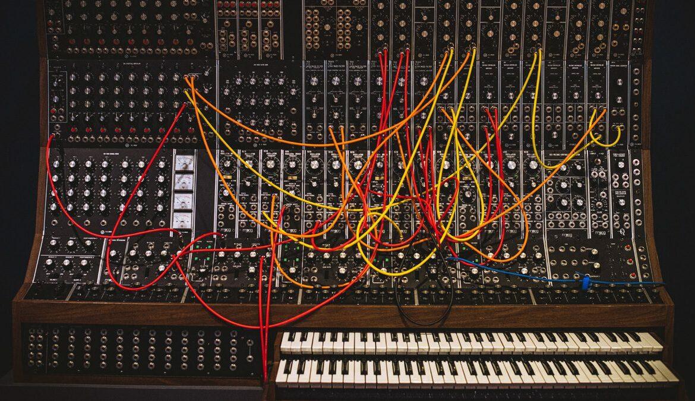 Ein alter Synthesizer - heute ein Kunstobjekt, Foto: Ryunosuke Kikuno / Unsplash