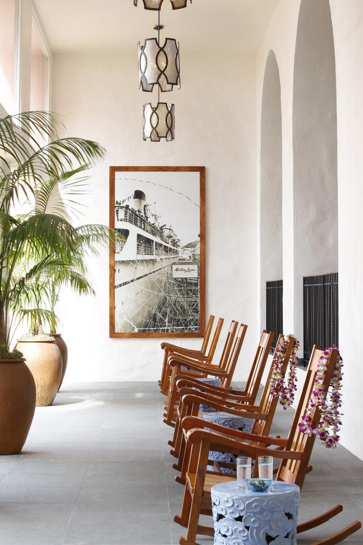 DAS ROYAL HAWAIIAN RESORT - Auf der Lāna'i mischen sich gerahmte historische Fotografien perfekt mit japanischen Beistelltischen und Schaukelstühlen im Handwerker-Stil. Foto: Art Gray