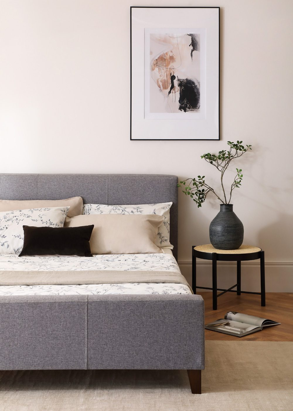 Caro-Bett in grau mit schwarzem Beistelltisch, Foto: Furniture and Choices