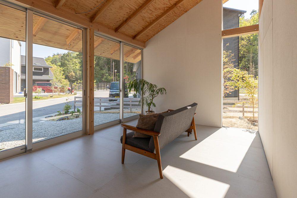 Offenes Gästezimmer mit Blick nach draußen, Foto: Masashige Akeda